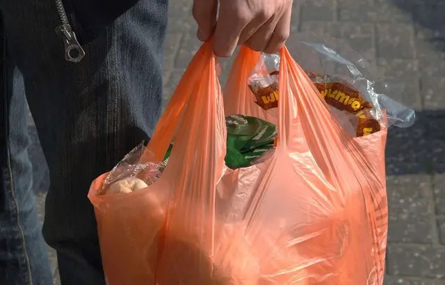 Environnement / Plastique biodégradable: Après trois ans passé sous terre, des sacs retrouvés intacts